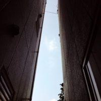 建物の狭間で