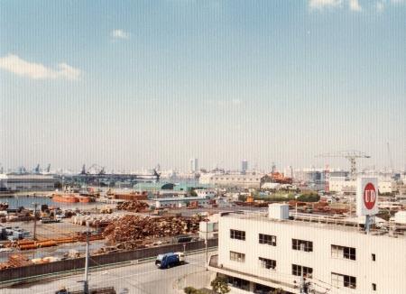 現昭和大学付属豊洲病院と豊洲西小学校の場所は、昔はこんな感じの廃材置き場でした。