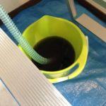 回収した汚水です。この汚れを通ってきた空気は快適とはいいがたいですね…!