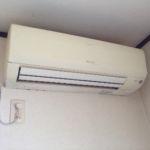 クリーニング前のエアコンです。外から見て汚れていなくても中は汚れている場合が多いのです。