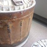 分解して取り出した洗濯槽です。錆びのようにも見える汚れの正体は、雑菌が大量に繁殖した水垢とカビ!洗濯しても気持ちい訳ありません…